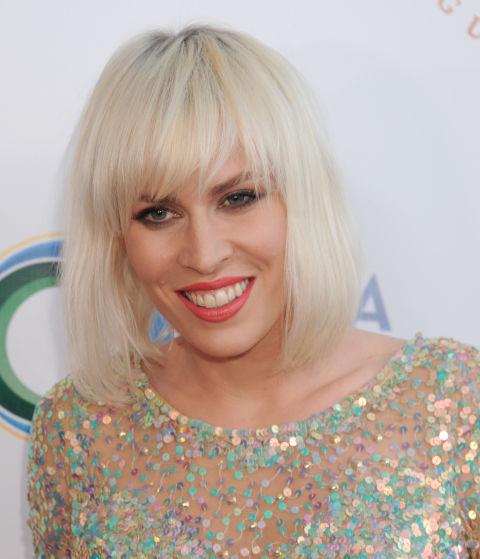 La cantante británica Natasha Bedingfield apuesta también por el platino y enmarca su rostro con un flequillo desfilado muy favorecedor.