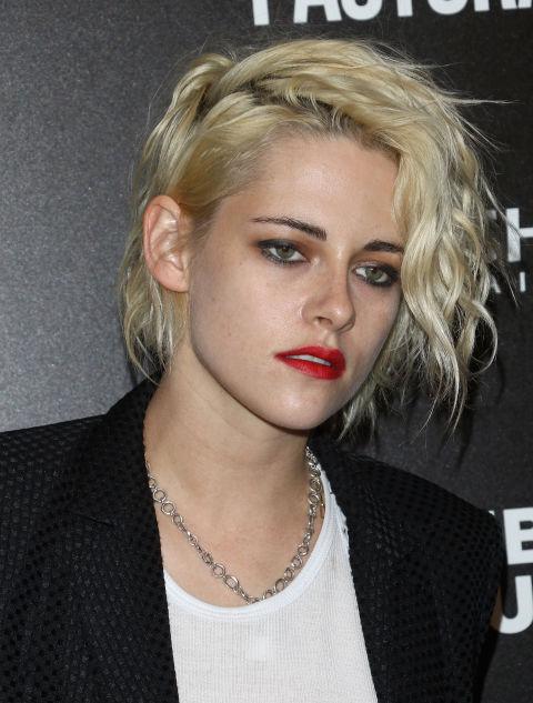 Al más puro estilo Madonna, Kristen Stewartluce las ondas de su cabello platino ymarca la raya lateral para dar un aspecto muy informal.