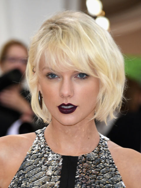 El estiloswag es uno los reyes de la peluquería actual: corte muy desenfadados, casi despeinados, que crean un efecto muycasual, como el que lucióTaylor Swift con maquillaje negro en la Gala MET.