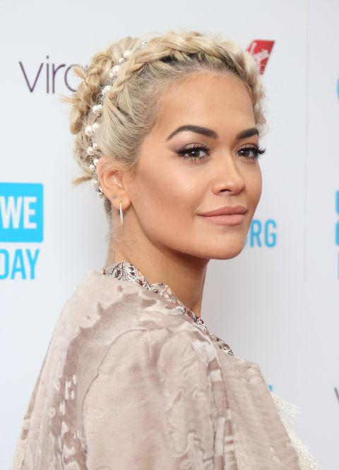 Rita Oraes otra de las celebrities que se han pasado al lado platino y que presenta peinados tan interesantes como este recogido con trenza frontal.