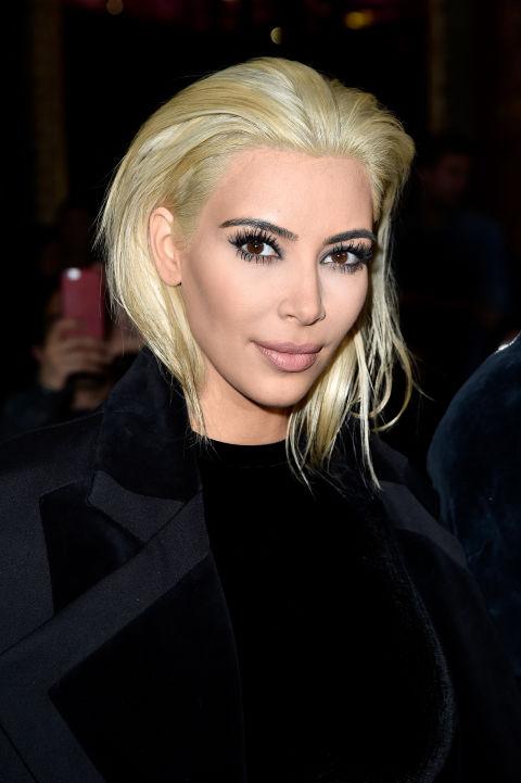 Kim Kardashiansorprendió al mundo entero con su platino (de cejas oscuras) y su modo de lucirlo: muy retirado para atrás.