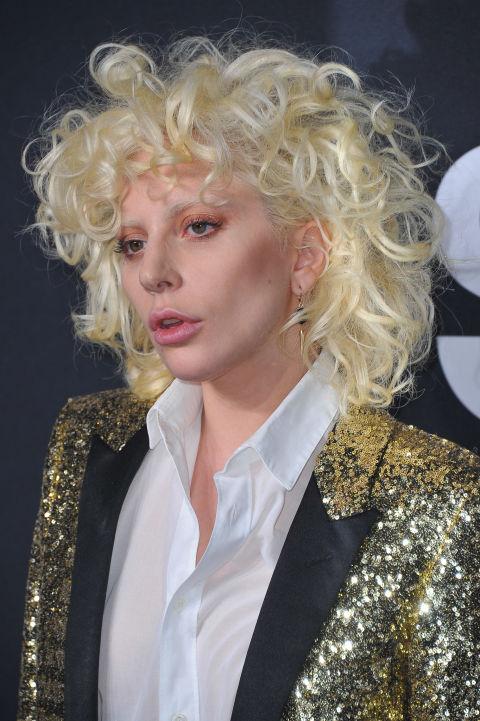 Cambio total de registro paraLady Gaga, esta vez con los rizos muy marcados y completamente despeinados para lucir su aspecto más rockero.