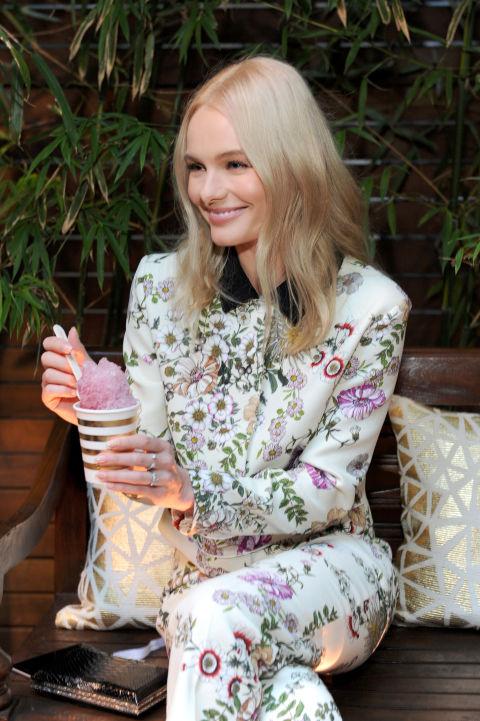 De laactriz Kate Bosworth nos encanta su elegancia a la hora de vestir y lo bien que se arregla su melena platino, que suele peinar con raya en medio.