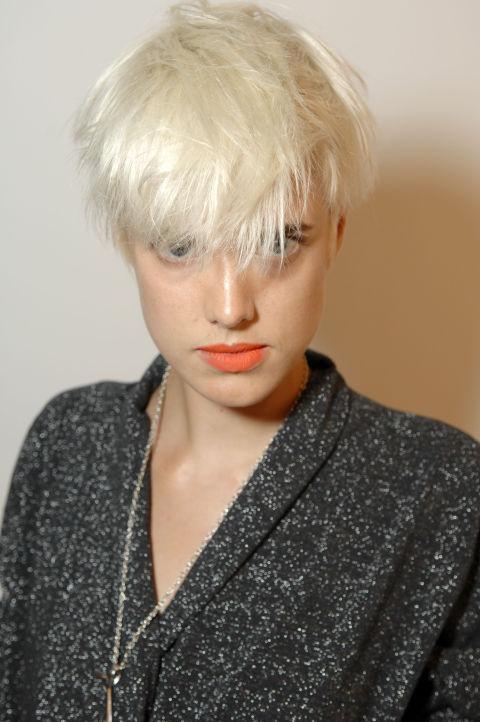 La modelo y actriz Agyness Deyn también ha lucido el platino en todas sus formas, aunque como más nos gusta es con flequillo extralargo.