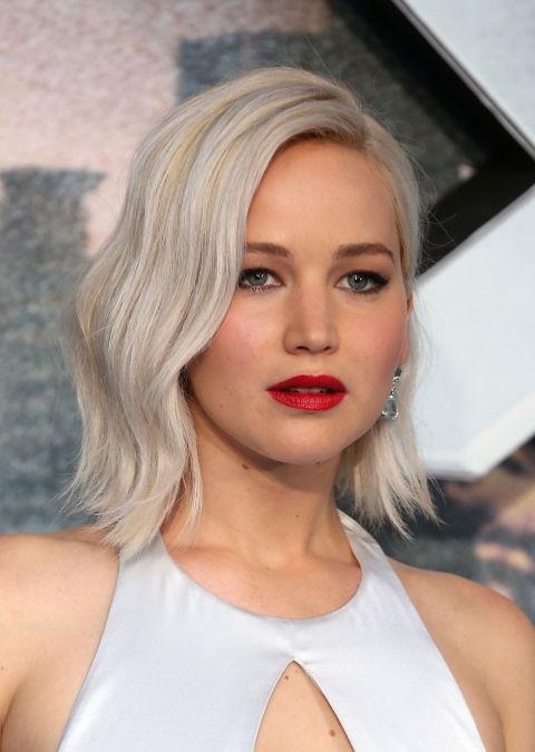 El peinado de Jennifer Lawrence ha sido de lo más imitado: unlong bobcon ligeras ondasy mechas en blanco.