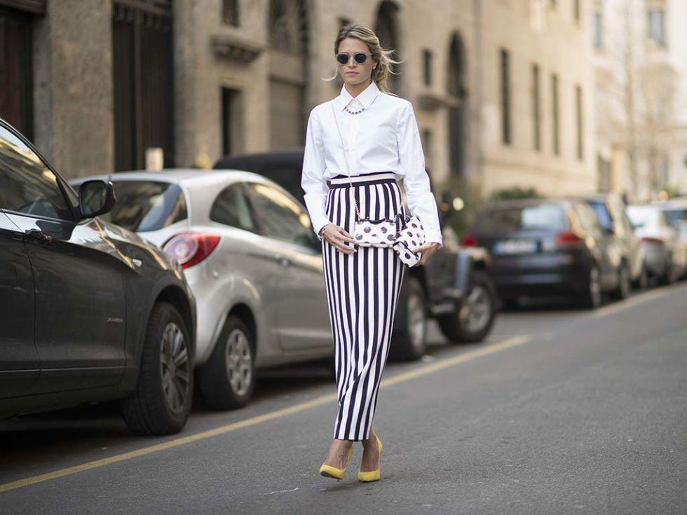 Nos encanta este look de Helena Bordon. Te proponemos copiarlo con una falda tubo midi, camisa blanca y unos originales zapatos amarillos. Â¡Fuera supersticiones!
